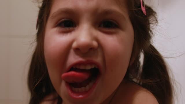 video of a little girl playing around the bathtub - bambina nuda video stock e b–roll