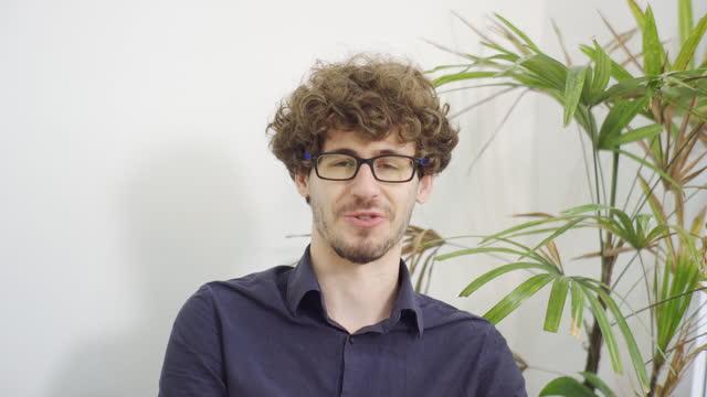 video di un maschio in una videochia chiamata. maschio che parla con la telecamera - webcam video stock e b–roll
