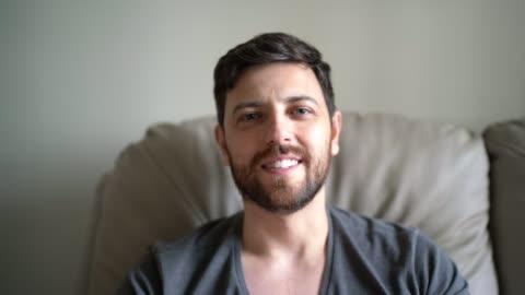 un video pov di un uomo che esce online in una videochat - webcam video stock e b–roll