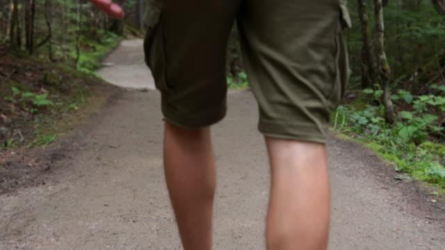 4K Video van een Man wandelaar wandelen en het verkennen van het bos