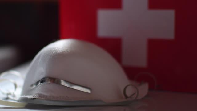 video eines n95 atemschutzgeräte- und erste-hilfe-kits. - erste hilfe stock-videos und b-roll-filmmaterial