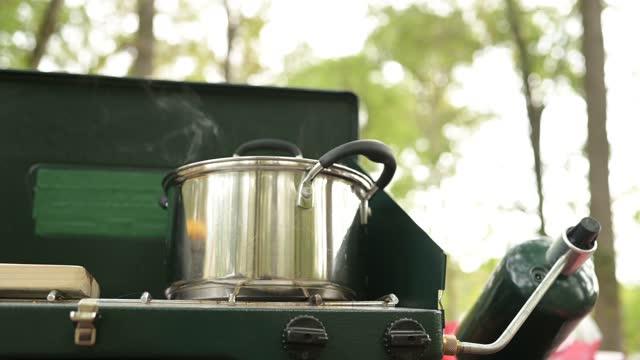 ローカントリーサウスカロライナ州のプロパンキャンプストーブ屋外で調理中のポット蒸しのビデオ - キャンプ用ストーブ点の映像素材/bロール