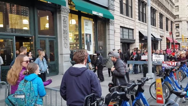 stockvideo's en b-roll-footage met video of a protest outside james comey book signing at barnes and noble in union square - literatuur