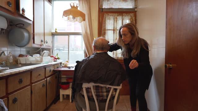 vidéos et rushes de vidéo d'un homme aîné ayant une coupe de cheveux. - besoin