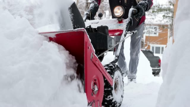 vídeos y material grabado en eventos de stock de video 4k de un hombre mayor usando snowblower después de una tormenta de nieve - quitanieves