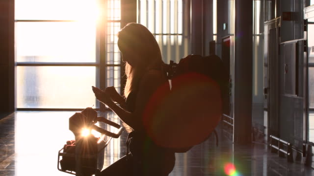 vídeos de stock, filmes e b-roll de vídeo de uma mulher que espera no aeroporto. - aeroporto gardermoen de oslo