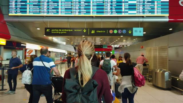 vídeos y material grabado en eventos de stock de vídeo de una mujer caminando en el aeropuerto. - herramientas profesionales