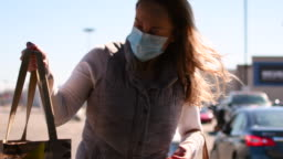 Video of a woman wearing a face mask at the grocery store.