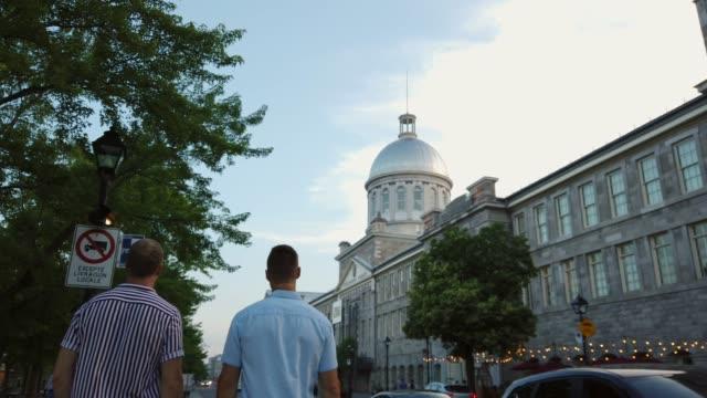 4k video von einem jungen homosexuellen paar zu fuß in montreal stadt. - montréal stock-videos und b-roll-filmmaterial