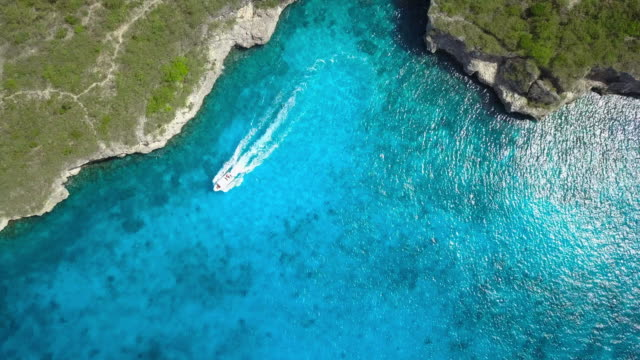 4k video of aerial view of caribbean sea in curacao - barca a motore video stock e b–roll
