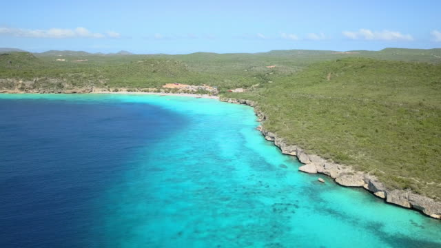 vídeos de stock e filmes b-roll de 4k video of aerial view of caribbean sea in curacao - mar das caraíbas