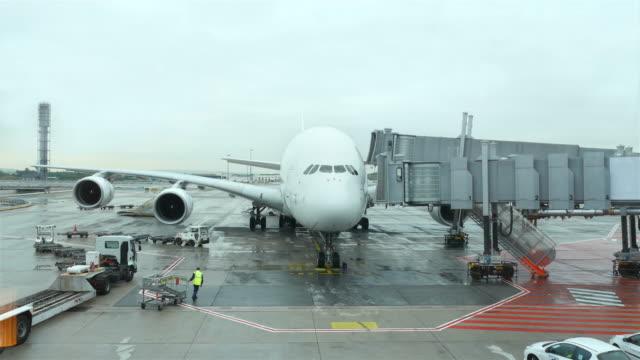 vídeos de stock e filmes b-roll de vídeo de avião em 4 k - alfalto