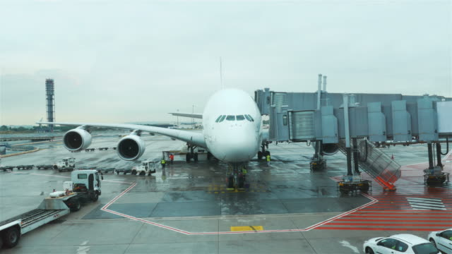 ビデオ空港のエプロンで 4 k - 航空宇宙産業点の映像素材/bロール