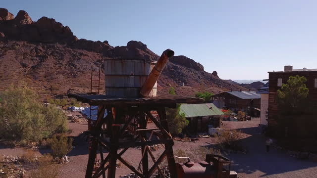 vídeos y material grabado en eventos de stock de video 4k de una ciudad fantasma abandonada en el desierto con montañas rocosas - ciudad muerta