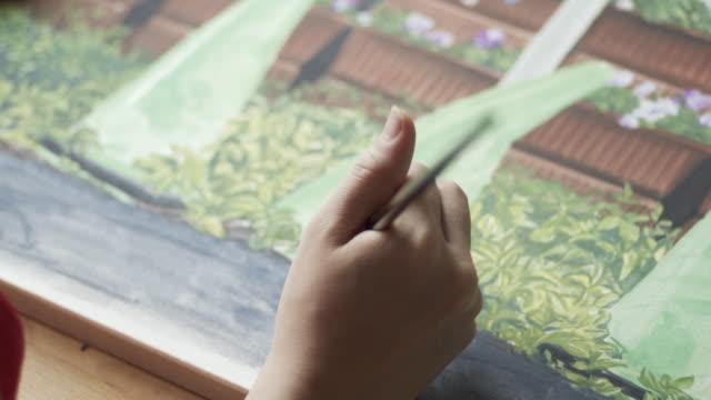 彼女のアトリエで絵を描くアジアの女性の4kビデオ - 画家点の映像素材/bロール