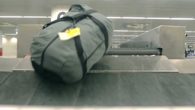 stockvideo's en b-roll-footage met video van bagage carrousel in 4k - kleine groep dingen