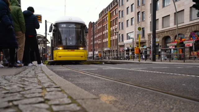 4k-video von berliner u-bahn mit menschen, die die straße in der nähe der oberbaumbrücke überqueren - straßenbahn stock-videos und b-roll-filmmaterial