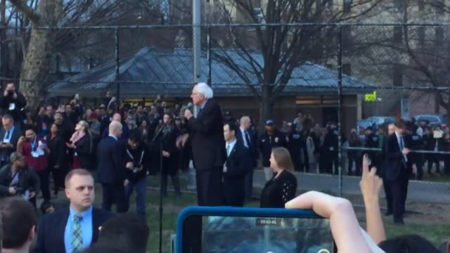 vidéos et rushes de video of bernie sanders at his rally in the south bronx he came outside to speak to the overflow crowd of 10000 supporters additional sots from the... - bronx