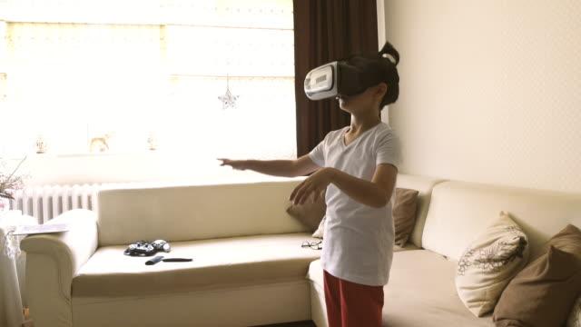 vidéos et rushes de vidéo du garçon explorant la réalité virtuelle en 4k - 8 9 ans