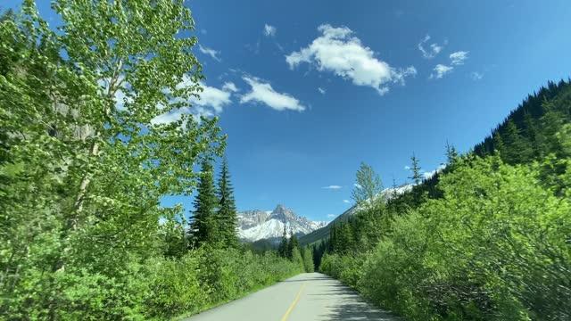 4k pov video von autofahren auf leerer autobahn in yoho nationalpark, kanada - land stock-videos und b-roll-filmmaterial