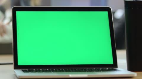 vídeos y material grabado en eventos de stock de 4k video de hombre de primer plano usando chroma key screen laptop computer en el escritorio en la oficina - escritorio