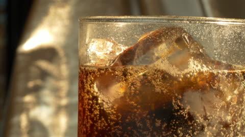 video av kall dryck i 4k - kall dryck bildbanksvideor och videomaterial från bakom kulisserna