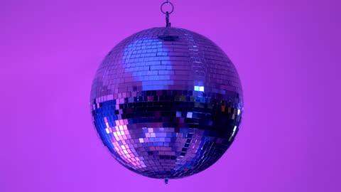 vídeos de stock, filmes e b-roll de vídeo do bola de discoteca - discoteca