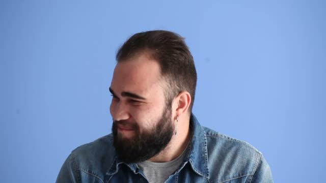 Video av missnöjd ung Man att göra ett ansikte