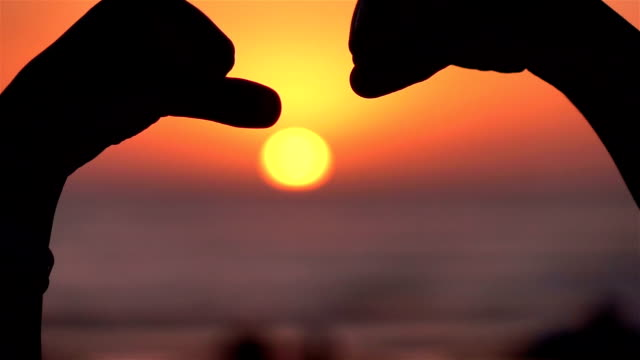 Video von Faust-Beule-Symbol bei Sonnenuntergang-Real-Slow-motion