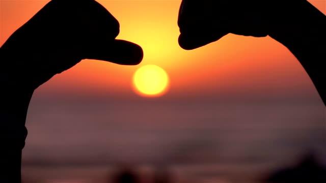 Video van vuist hobbel symbool op de zonsondergang-real slow motion