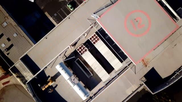 高架高速道路沿いの建物の間の 4 k 映像 - 上部分点の映像素材/bロール