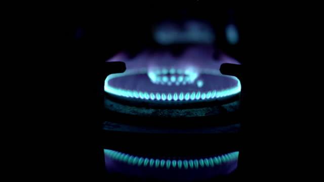 ガスバーナーまたはガス炎の4kビデオ - ガスコンロ点の映像素材/bロール
