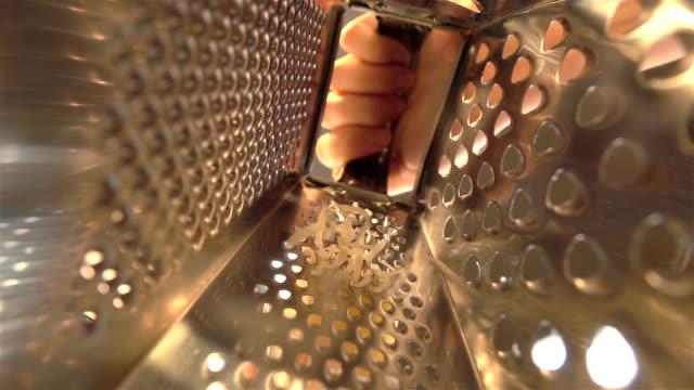 Video van geraspte kaas in echte Slowmotion