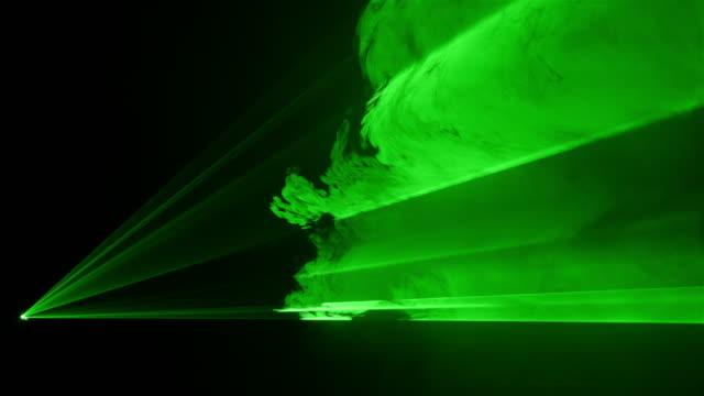 video von grünen laser-show in 4k - künstlerische darbietungen stock-videos und b-roll-filmmaterial