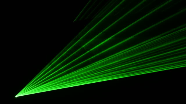 vídeos de stock e filmes b-roll de vídeo de laser verde mostrar no 4k - laser