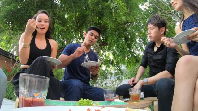 pov video der gruppe junger menschen, die essen auf einer party - subjektive kamera blickwinkel aufnahme stock-videos und b-roll-filmmaterial