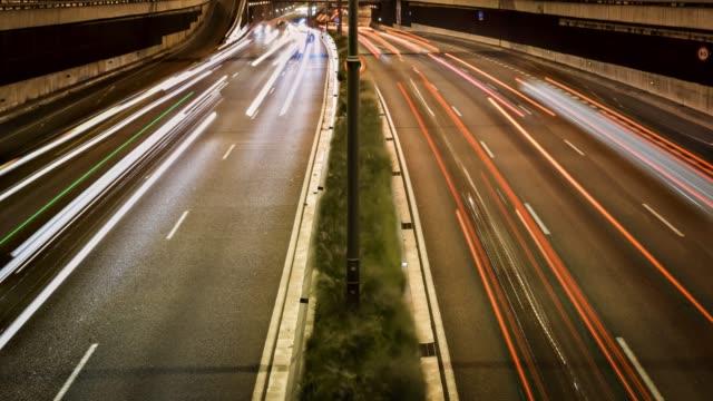 vídeos de stock e filmes b-roll de video of highway at night - long exposure