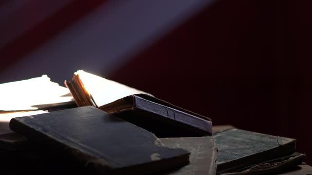 vídeos de stock, filmes e b-roll de vídeo do alcorão do livro sagrado no escuro - mystery