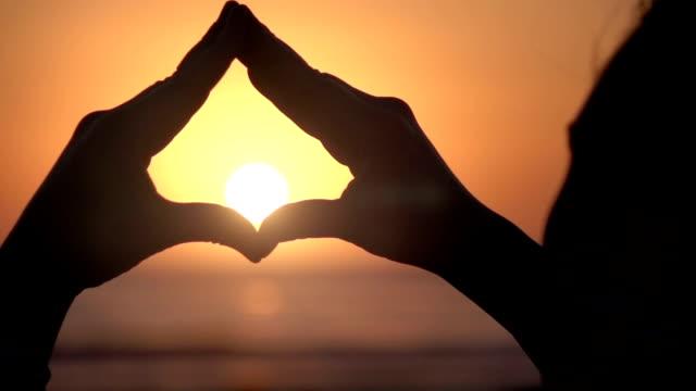 video von haus-symbol um den sonnenuntergang in zeitlupe - kopf stock-videos und b-roll-filmmaterial