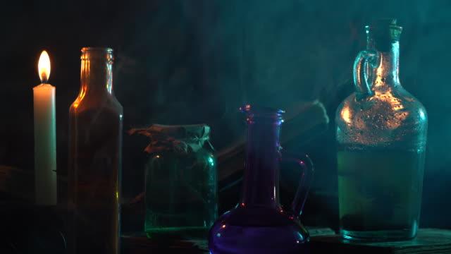 ハロウィーンのための魔法を作るフード付きコートとマスクを身に着けているヒューマノイドプラスチックマネキンの4kビデオ - 魔術師点の映像素材/bロール