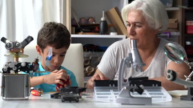 UHD vidéo du petit garçon et grand-mère Robot de construction