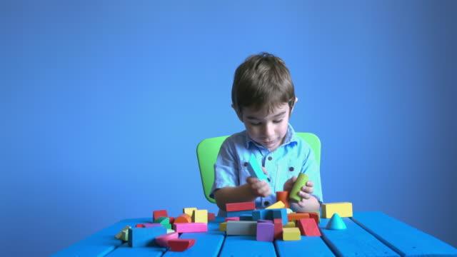 uhd video von kleinen jungen spielen mit bunten spielzeug multi - selimaksan stock-videos und b-roll-filmmaterial