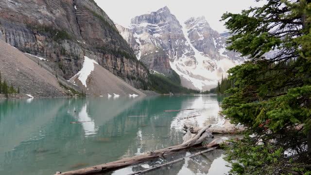 6月の日の出時のモレーン湖の4kビデオ、バンフ国立公園、カナダ - 六月点の映像素材/bロール