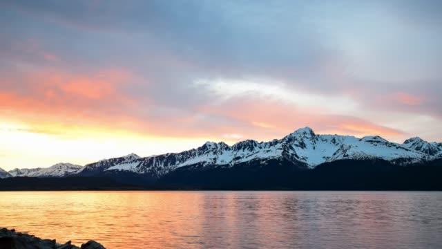 stockvideo's en b-roll-footage met video van de bergketen bij zonsopgang - alaska verenigde staten
