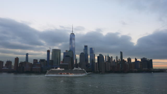 4k video von lower manhattan new york city bei sonnenuntergang - kreuzfahrtschiff stock-videos und b-roll-filmmaterial