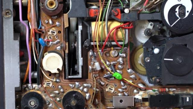 vidéos et rushes de vidéo uhd de la carte de circuit imprimé électronique de vieux façonné de caméra vidéo - ouverture du diaphragme