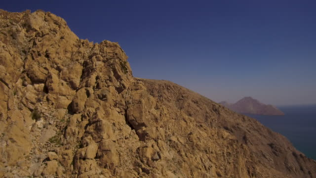 video of paragliding off of mountain in oman, daytime - パラグライディング点の映像素材/bロール