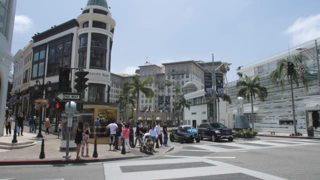 video of people crossing rodeo drive and dayton way, beverly hills, los angeles, la, california, united states of america, north america - beverly hills stock-videos und b-roll-filmmaterial