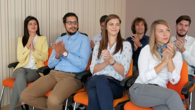 4K Video von Menschen auf der Konferenz zu applaudieren