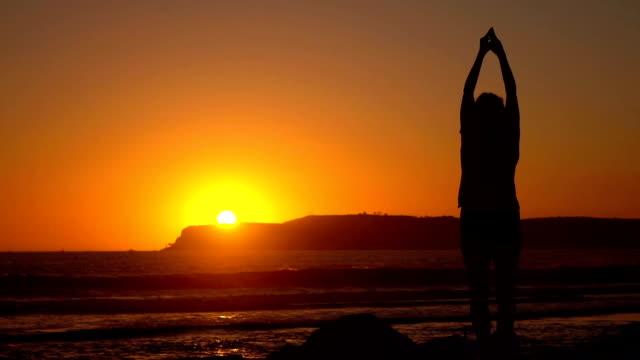 Video van het beoefenen van yoga bij de zonsondergang in echte Slowmotion